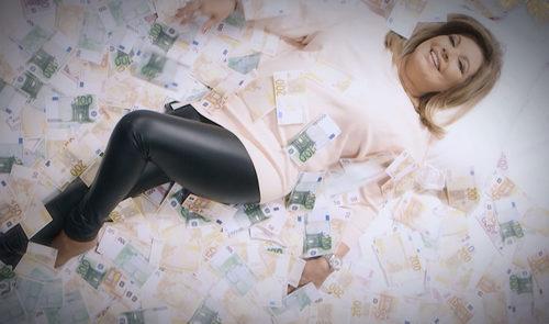 Terelu Campos rodeada de billetes en la sexta  entrega de 'Las Campos' titulado 'Mamá, somos unas manirrotas'