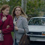 Carmen (María León) y Dolores (Mari Paz Sayago) en el primer capítulo de la tercera temporada de 'Allí abajo'
