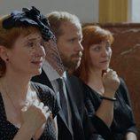 Dolores (Mari Paz) asiste al entierro de Benito en el primer capítulo de la tercera temporada de 'Allí abajo'