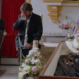 Jozé (Salva Reina) llora por la muerte de Benito en el primer capítulo de la tercera temporada de 'Allí abajo'