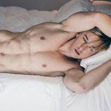Hrisio Busasov (bailarín de 'Tu cara no me suena todavía') posa  desnudo tumbado en la cama