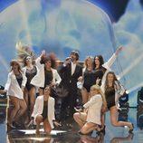 Santi Millán junto al grupo de bailarinas en la final de la segunda edición de 'Got Talent España'