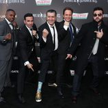 "Austin St. John, Walter Jones, David Yost, Haim Saban y Jason David Frank posan en la premiere de ""Power Rangers"""