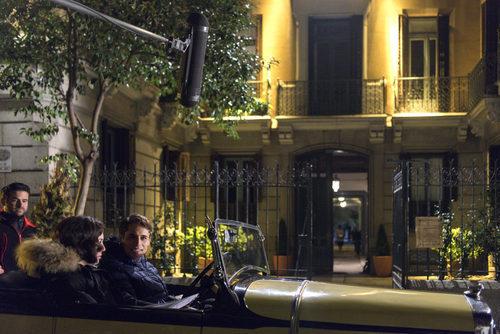 Blanca Suárez y Martín Rivas en un coche en el rodaje de 'Las Chicas del cable'