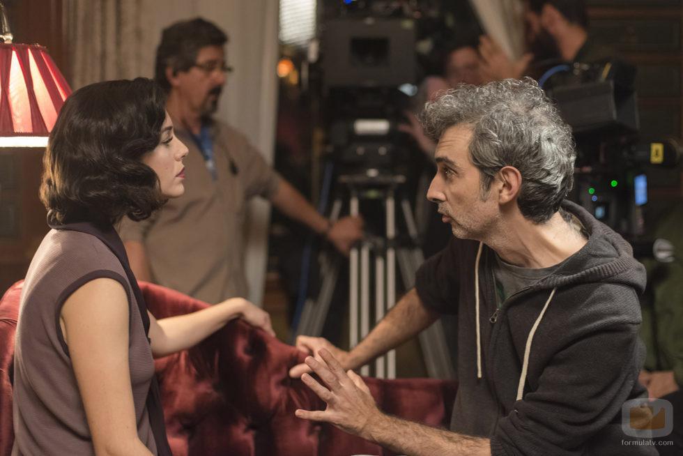 Blanca Suárez recibe indicaciones durante el rodaje de 'Las chicas del cable'