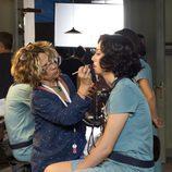 Blanca Suárez es maquillada durante las grabaciones de 'Las chicas del cable'