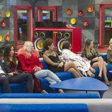 Los concursantes sentados en el salón de la casa durante la gala 13 de 'GH VIP 5'