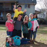 Los Johnston de '¡Menuda Familia!' frente a su casa
