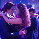 Clay Jensen y Hannah bailan juntos en 'Por 13 razones'