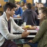 Zach y Hannah hablan en la serie 'Por 13 razones'