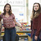 Mrs. Baker y Hannah se encuentran en el supermercado en 'Por 13 razones'