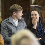 Ryan Shaver y Hannah se ríen en 'Por 13 razones'