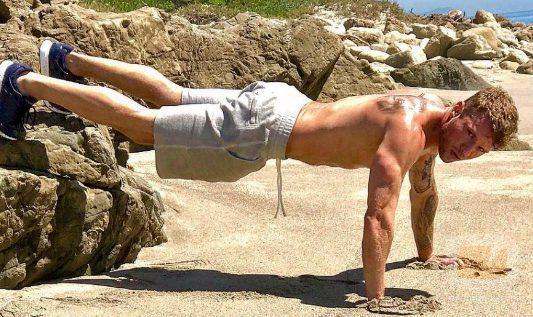 Ryan Philippe hace abdominales desnudo en un lugar costero