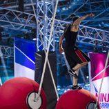 Un concursante en el puente giratorio de 'Ninja Warrior'