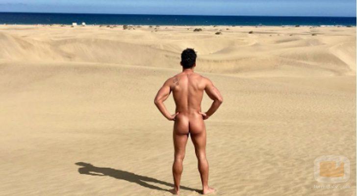 Alberto Santana de 'MYHYV' desnudo en la playa