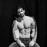 Nyle DiMarco posa desnudo y muestra su lado más sexy sentado en un taburete