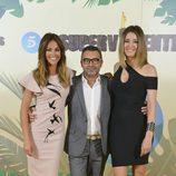 Jorge Javier Vázquez, Lara Álvarez y Sandra Barneda posan en la presentación de 'Supervivientes 2017'
