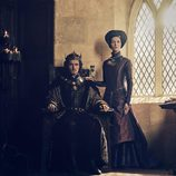 Michelle Fairley y Jacob Collins-Levy, en la serie 'The White Princess'