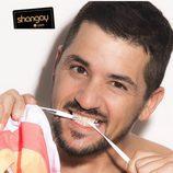 Álex Forriols posa mordiendo un cordón en una sesión de fotos para Shangay