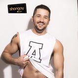 Álex Forriols, semidesnudo, se levanta la camiseta en una sesión de fotos para Shangay
