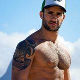 Elihad Cohen, con gorra, luce torso desnudo