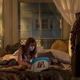 Sophia, Britt Robertson, navegando en Internet en 'Girlboss'