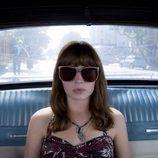 Sophia en un coche con unas grandes gafas de sol en 'Girlboss'