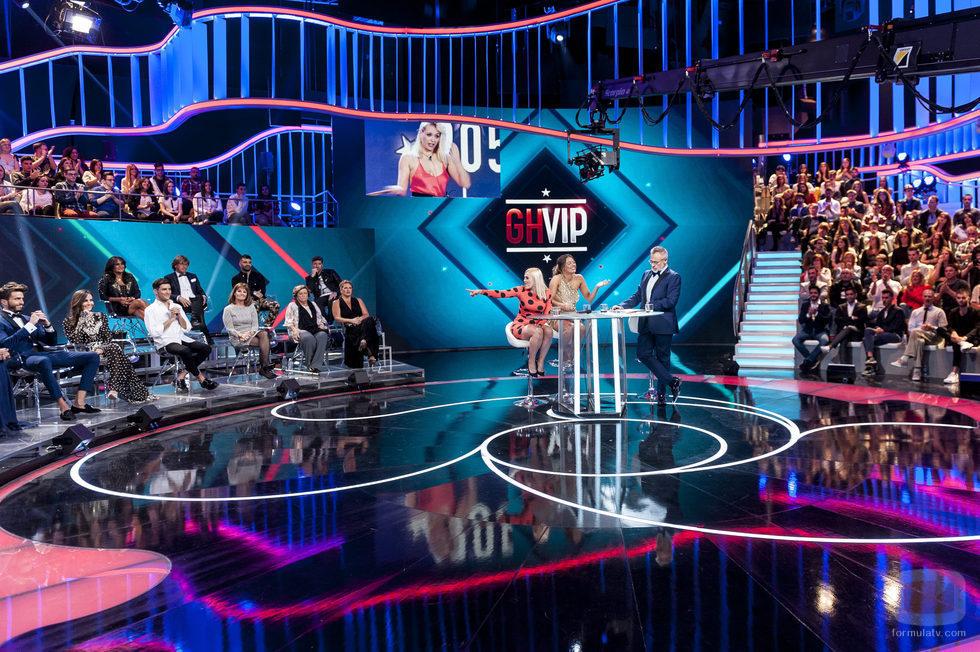 Daniela y Alyson, finalistas de 'GH VIP 5' en el plató durante la gala final