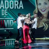 Los familiares y amigos de Alyson Rae Eckmann corren a abrazarla en la gala final de 'GH VIP 5'