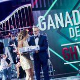 Jordi González le da a Alyson Rae Eckmannn el maletín en la gala final de 'GH VIP 5'