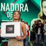 Alyson, la ganadora de 'GH VIP 5', posa junto al maletín en la gala final del reality