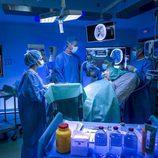 Una paciente se somete al quirófano en 'Centro médico', serie de La 1