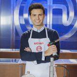 Nathan, aspirante a 'MasterChef 5', posa mientras elabora su plato