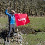 Jesús Calleja posa junto a la bandera de Cuatro en la presentación de la nueva temporada de 'Planeta Calleja'
