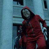 Los atracadores salen con el botín de la Fábrica Nacional de la Moneda en el 1x01 de 'La Casa de Papel'