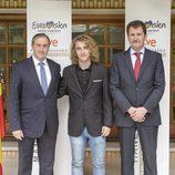 Manel Navarro visita la embajada de Ucrania en España