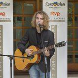 Manel Navarro actúa en la embajada de Ucrania en España