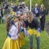 Un grupo de jóvenes reciben a Manel Navarro en la embajada de Ucrania en España