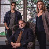 Nancho Novo, Martín Rivas y Mar Sodupe como la familia Saura en las fotos promocionales de 'Sé quién eres'