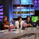 Pablo Motos toca la guitarra con los Jonas Brothers