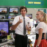 Zachary Levi e Ivonne Strahovsky en una escena de 'Chuck'