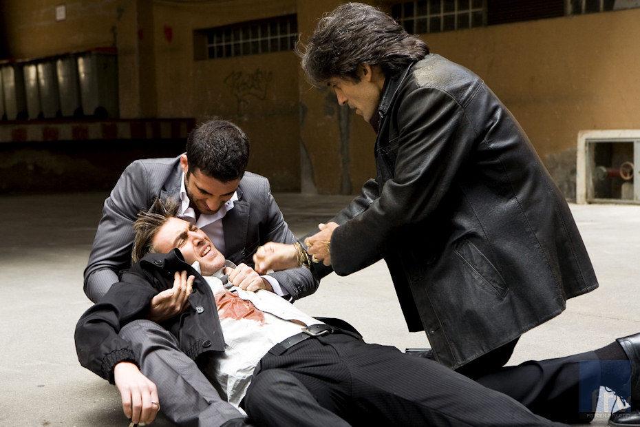 Manolo Caro y Miguel Ángel Silvestre con un herido