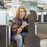 Manel Navarro posa en el aeropuerto antes de viajar a Kiev para actuar en Eurovisión 2017
