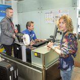 Manel Navarro factura su maleta en el aeropuerto antes de viajar hacia Eurovisión 2017