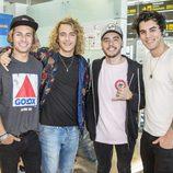 Manel Navarro con su banda, en el aeropuerto, antes de viajar hacia Eurovisión 2017