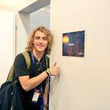 Manel Navarro posa en la puerta camerino en su primer ensayo de Eurovisión 2017