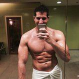 Julián Contreras Jr. posa muy sexy semidesnudo en su gimnasio