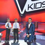 Los gemelos y Jesús Vázquez en la final de 'La Voz Kids'