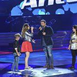 Antonio Orozco cantando con su equipo en la final de 'La Voz Kids'