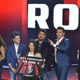 La ganadora con el premio en la final de 'La Voz Kids'